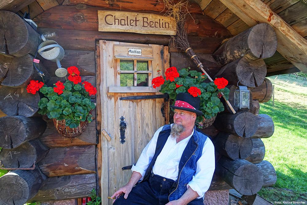 Bader Alm in Hinter-Ibach im Schwarzwald: Bader Reinhard Bosch vor dem Chalet Berlin. | Foto: Aloisia Streicher