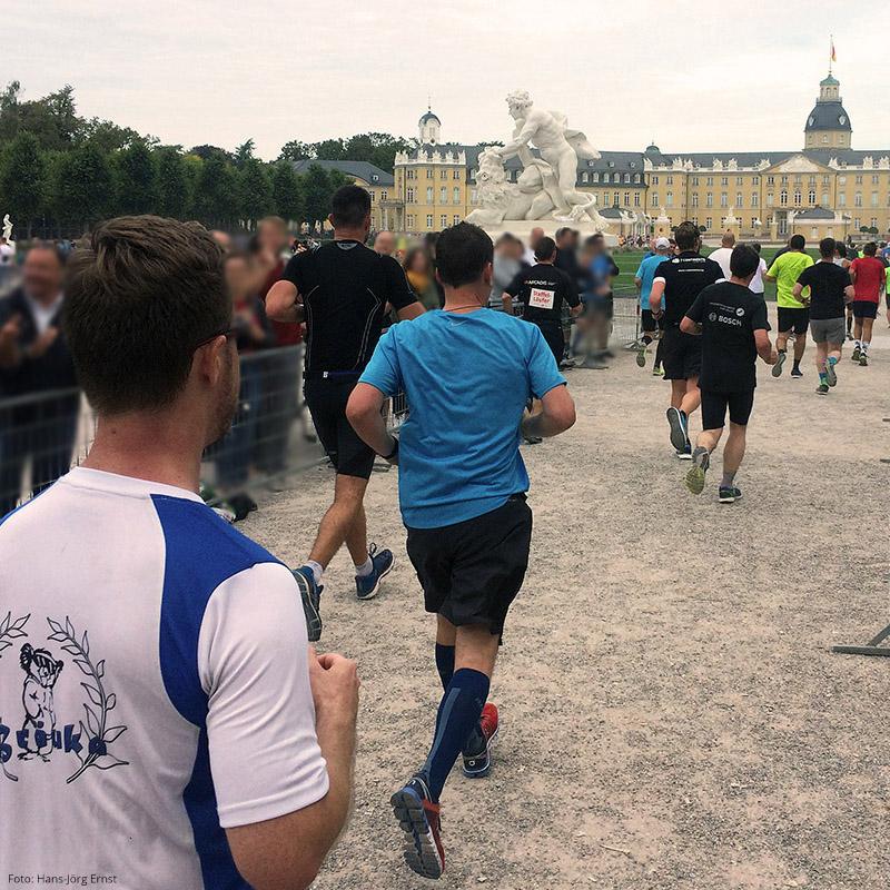 LAUF-EVENT MIT SCHLOSSRUNDE Mehr als 8.000 Starter beim Baden-Marathon in Karlsruhe (D, BW) 2018 | Foto: Hans-Jörg Ernst